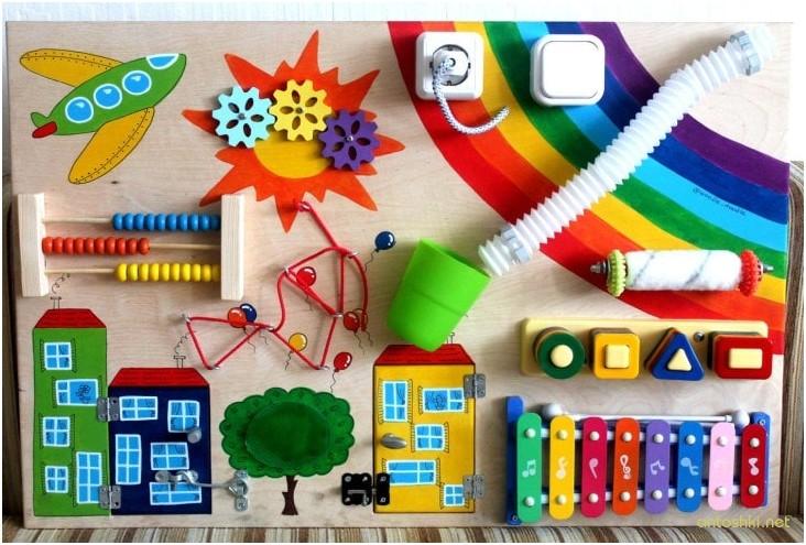 Яркий и цветной бизиборд, которые понравиться вашему ребенку.